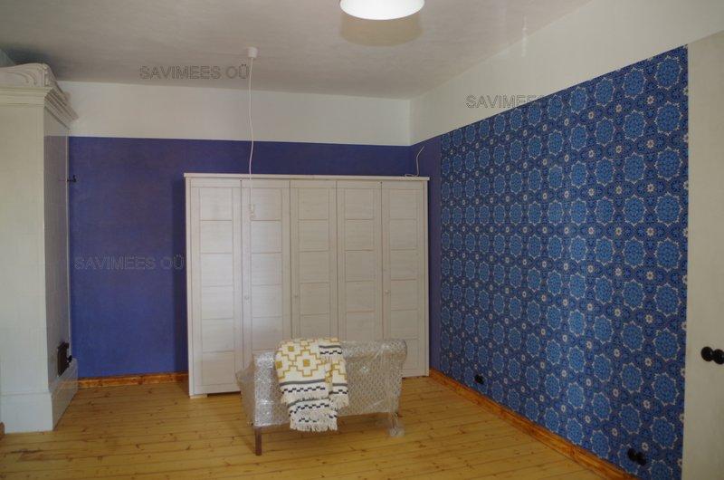 Seinad krohvitud lubikrohviga, pahteldatud lubipahtliga, värvitud lubivärviga. Ühele seinale paigaldatud tapeet.