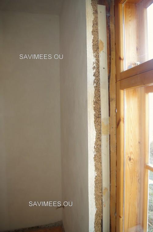 Palkmaja seinad kaetud pillirooplaadiga. Krohvitud lubikrohviga.
