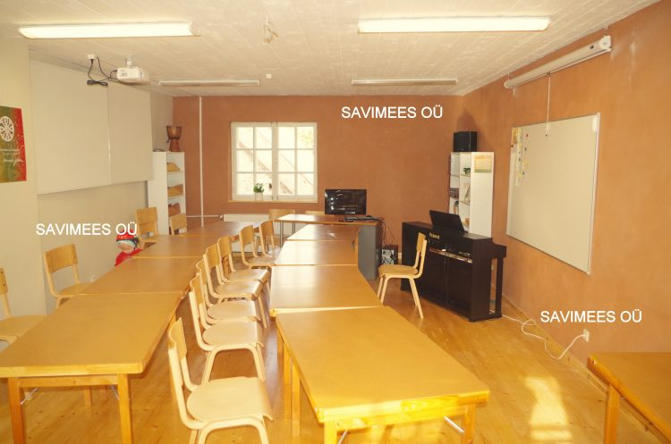 Mooste kooli algklass: seinad kaetud rooplaadiga, viimistletud savikrohviga.
