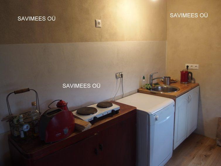 Seinad krohvitud lubikrohviga. Köögitasapinna tagune pind viimistletud stucco lubipahtliga