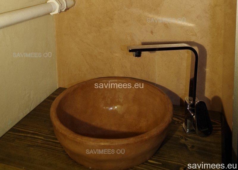 Tadelaktiga viimistletud valamu, stucco lubipahtliga (pruun) ja lubipahtliga (Kalkglätte) viimistletud seinad dušširuumis
