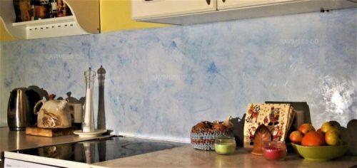 Stucco lubipahtliga viimistletud köögi töötasapinna tagune sein