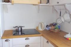 Valge stucco lubipahtliga viimistletud köögi seinad